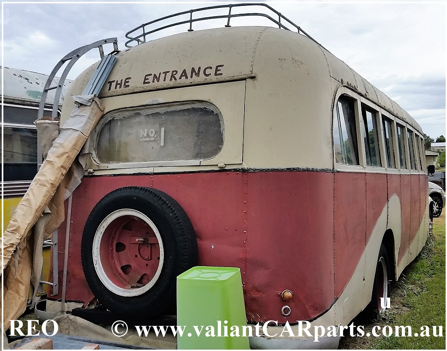 1943_vintage_REO_Speed_Wagon_Bus_Coach-Rear-1-SH-eml